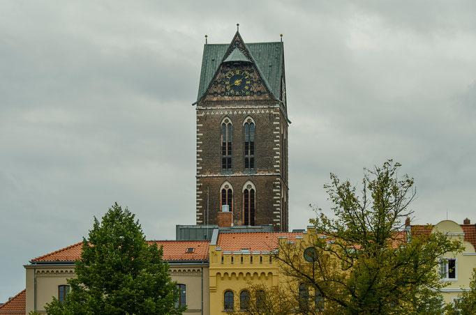 Der alles überragende Turm der Marienkirche...   /Marktplatz