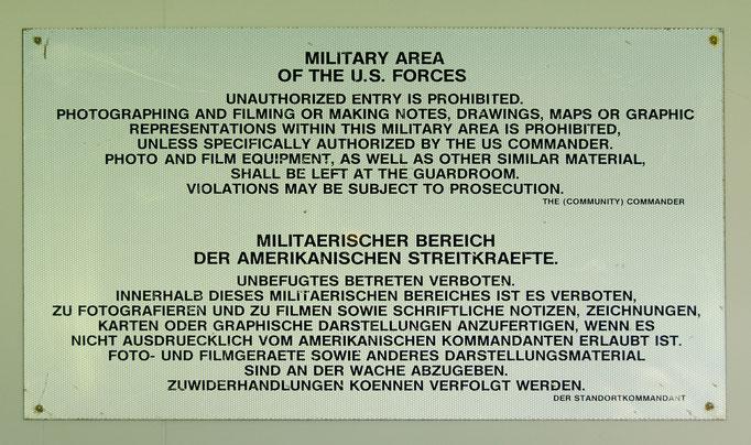 Das Hinweisschild war an allen militärischen Bereichen der US-Army angebracht