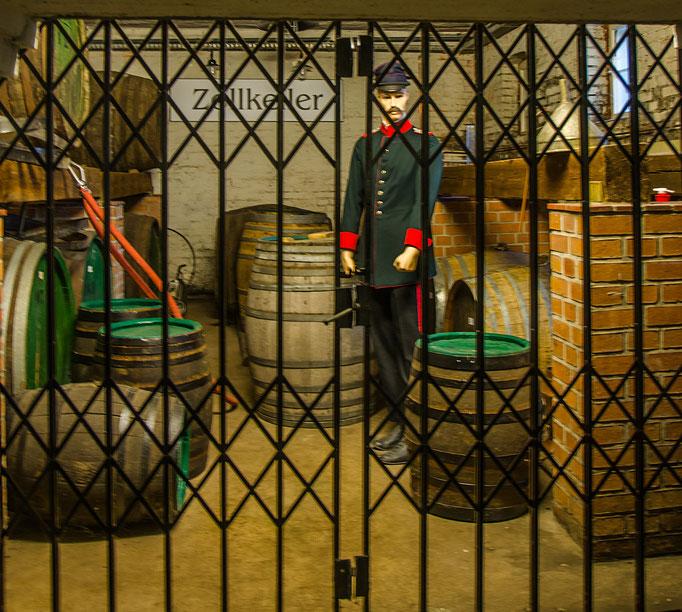 Blick in den verrschlossenen Zollkeller, nur zusammen mit einem Zöllner konnte der Brennereimeister diesen Raum aufschließen und somit unter Aufsicht betreten.