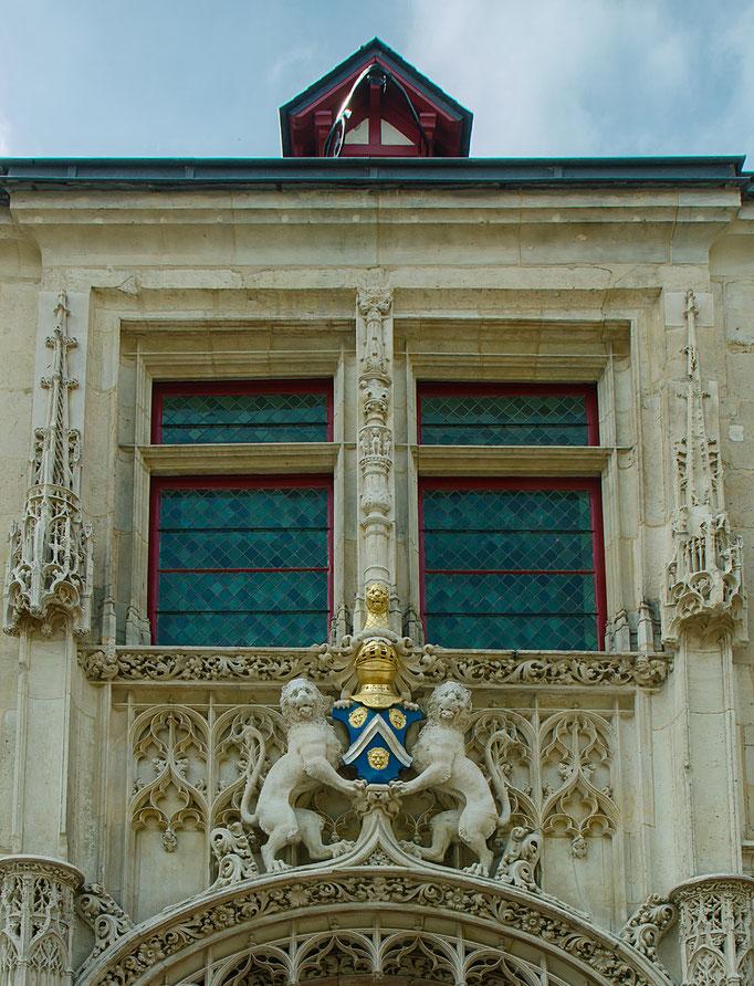 Rouen; Hotelfassade mit schönen Wappen