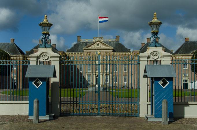 Palais Het Loo, Zufahrt zum Palast mit den historischen Wachhäuschen
