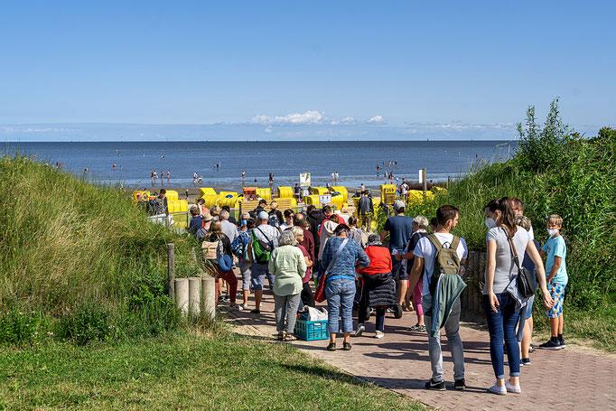 Großer Besucherandrang an der Kasse zum kostenpflichtigen Badestrand am Elbufer