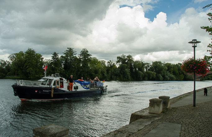 """Bei den Fahrten  mit dem """"Kitzinger Hofrat"""" Schiff konnten die Besucher Kitzingen von der Wasserseite kennen lernen"""