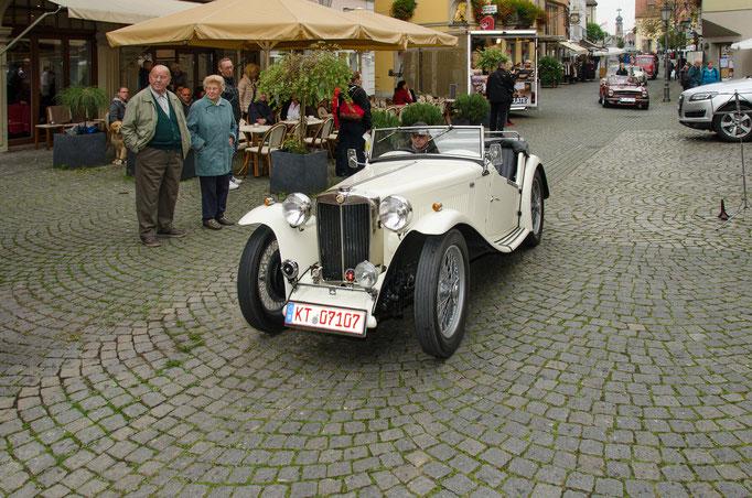 Einfahrt der AMC Oldtimer auf dem Kitzinger Marktplatz