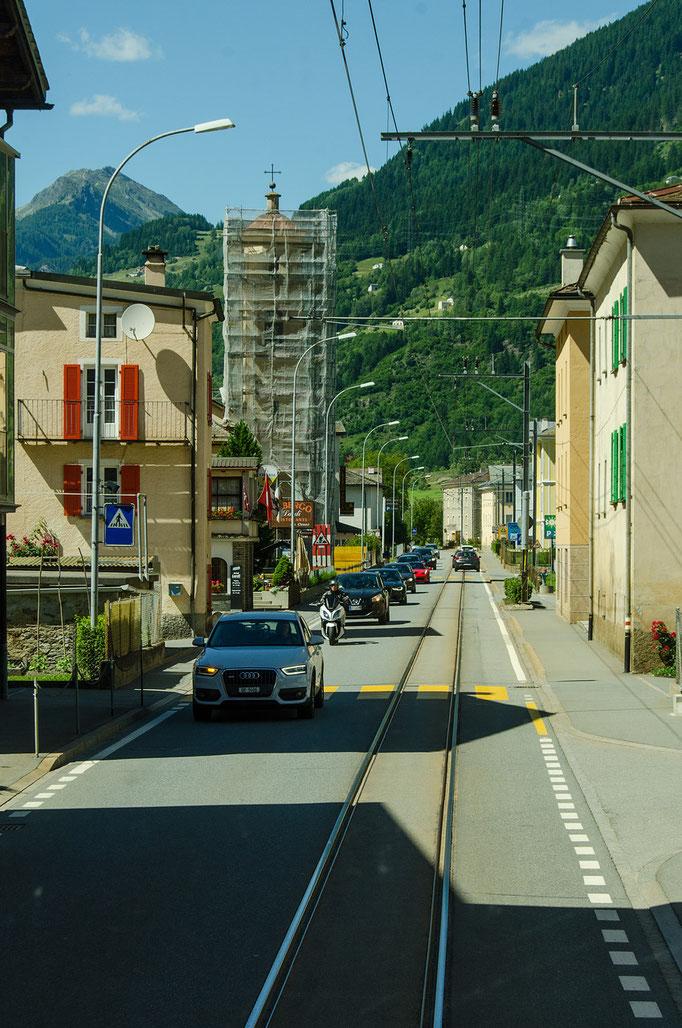 Straße und Schiene auf gleicher Trasse