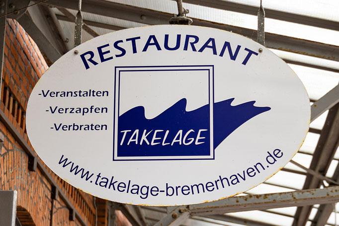 Hinweisschilder auf die Restaurationen im Flachbau