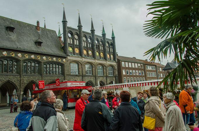 Der Marktplatz mit dem Rathaus
