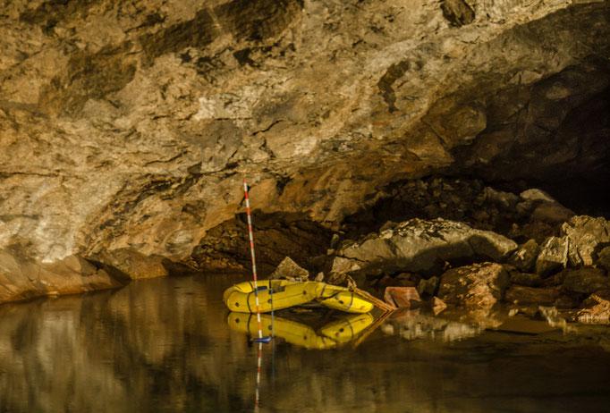 der kleine Höhlensee erreicht eine Tiefe Stelle 14 m.