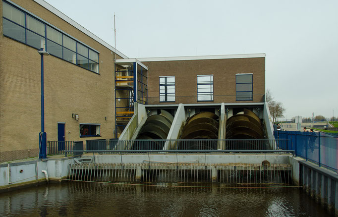 Freilichtmuseum Kinderdijk, In das Pumpwerk ist eine archimedische Schraube, die aus einer um eine Welle gewickelten Spirale und einem Trog besteht eingebaut, mit dieser Spirale wird Wasser von unten nach oben befördert.
