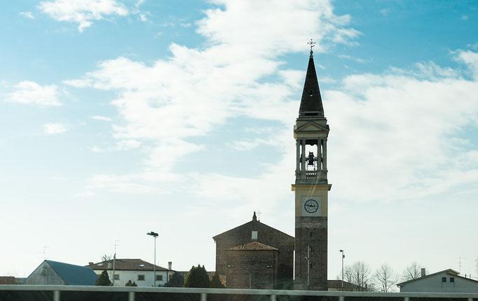 Ein schlanker Kirchturm