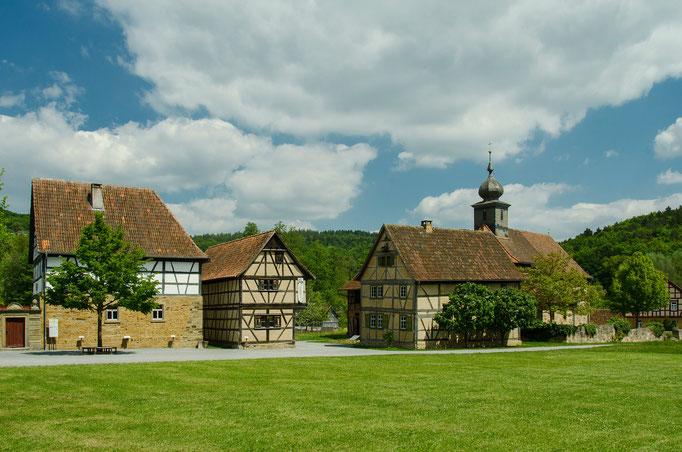 Truchseß-Haus, Hofstelle aus Mühlfeld, Katholische Kuratiekirche