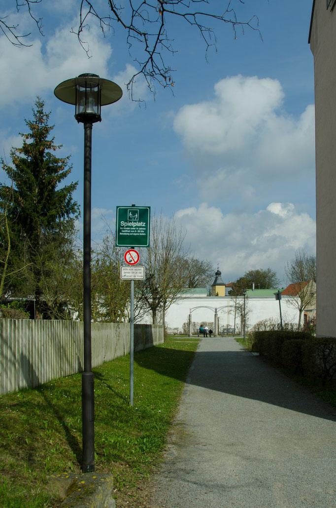 Kanzler Stürzel Straße, Durchgang zum Spielplatz und zum Fußweg in Richtung Innenstadt