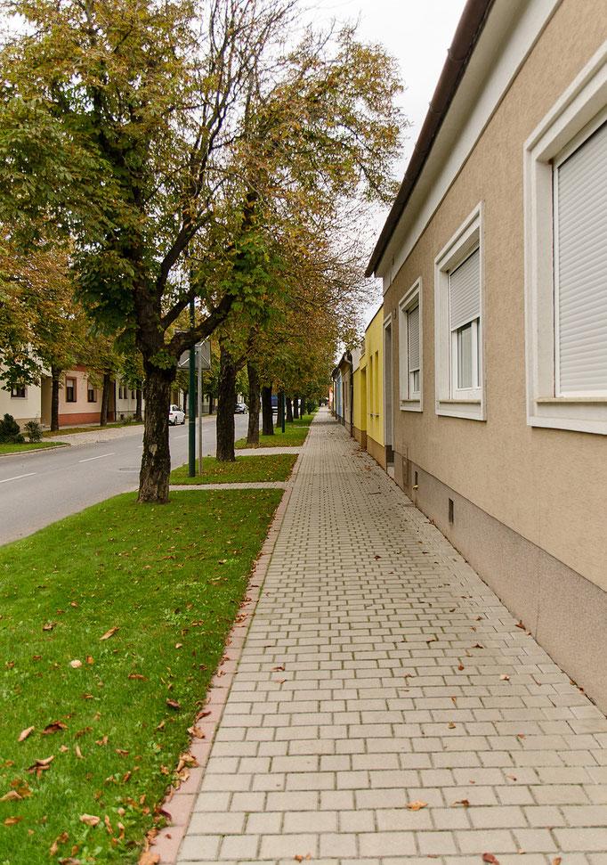Die ca. 1 km lange eng bebaute Bahnhofstraße, Blickrichtung Süden