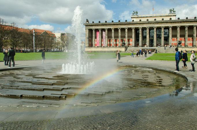 """Regenbogen an der Springbrunnenanlage im Lustgarten, im Hintergrund das """"Alte Museum"""""""