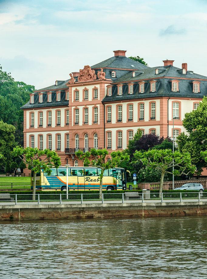 Das Schloss Biebrich, ehemalige Residenz der Herzöge von Nassau, davor der Bus vom Günter Raab