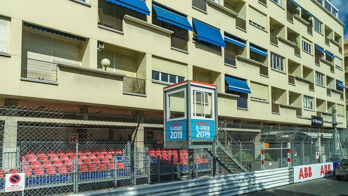 Zielhaus (hier wird das Rennen mit schwenken der schwarz-weiß karierten Flagge beendet.