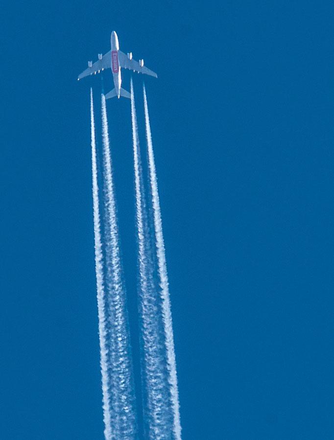 Ein Airbus A380 der Fluggesellschaft Emirats fliegt in ca. 10.000 m Höhe  über die Gedenkstätte