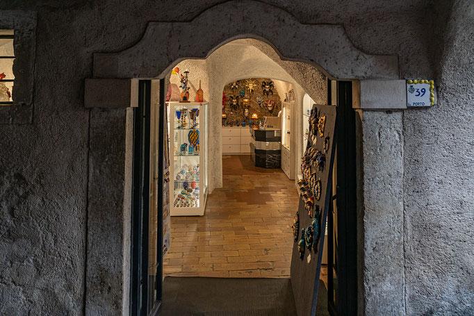 Die Verkäufsräume befinden sich in Felsenkellern
