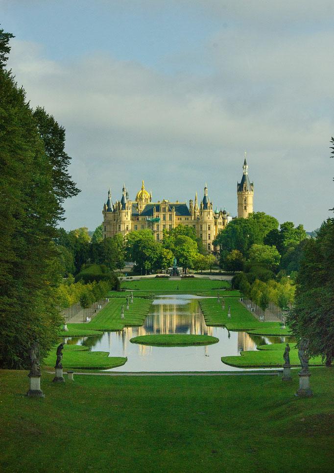 Schloß Schwerin war Jahrhunderte lang die Residenz der mecklenburgischen Herzöge sowie der Großherzöge und ist heute Sitz des mecklenburg-vorpommerschen Landtages.