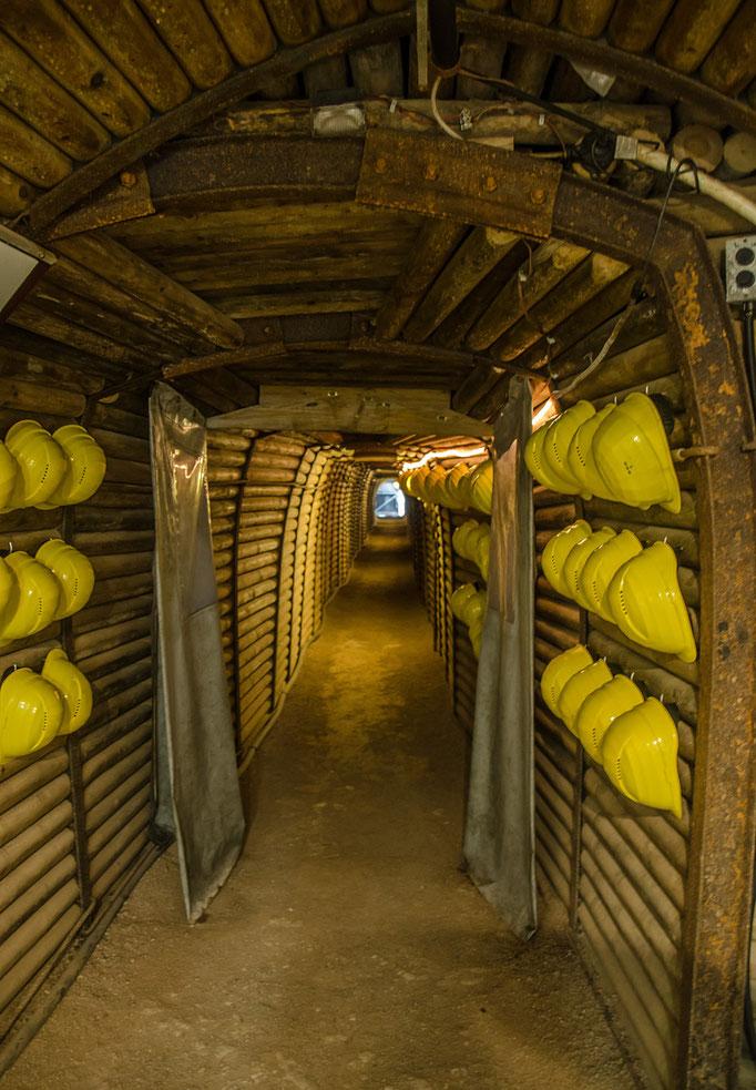 Ohne Schutzhelm kein Zutritt in die Karsthöhle