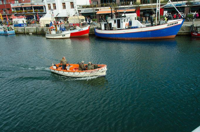 Ein Anglerboot kehrt in den Hafen zurück