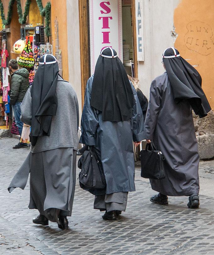 Ordensschwestern mit orgineller Kopfbedeckung