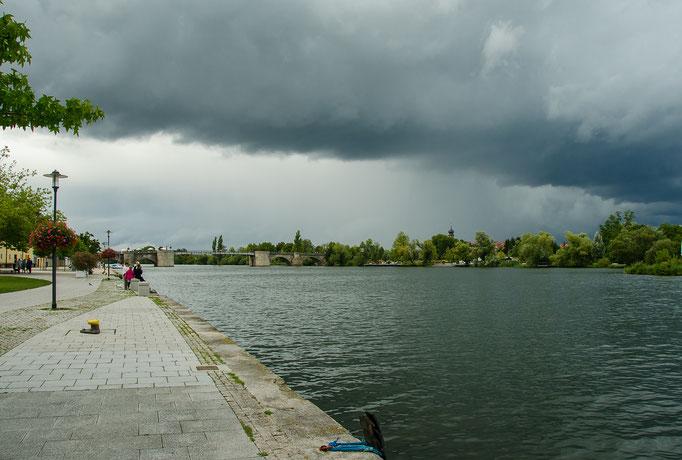 Dunkle Wolkenfelder zogen am 1. Kitzinger Bummeltag über die Stadt hinweg