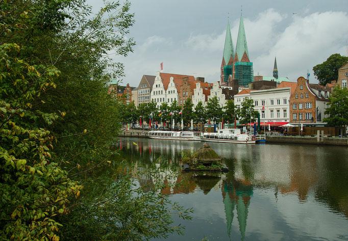 Der Lübecker Dom ist der erste große Backsteinkirchbau an der Ostsee und mit 130 Metern Länge eine der längsten Backsteinkirchen. 1247 ist der Dom geweiht worden.