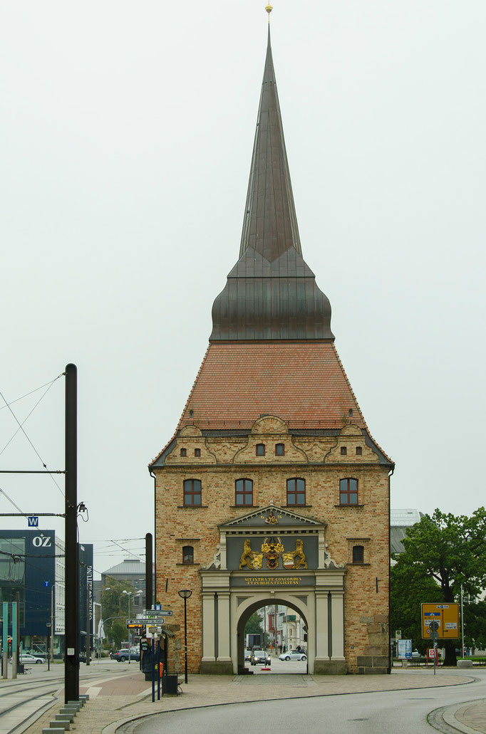 Das Steintor in seiner heutigen Form  wurde zwischen  1574 und  1577 errichtet. Es gehörte zur historischen Rostocker Stadtbefestigung. Die lateinische Inschrift der Stadtseite lautet: In deinen Mauern herrsche Eintracht und öffentliches Wohlergehen.