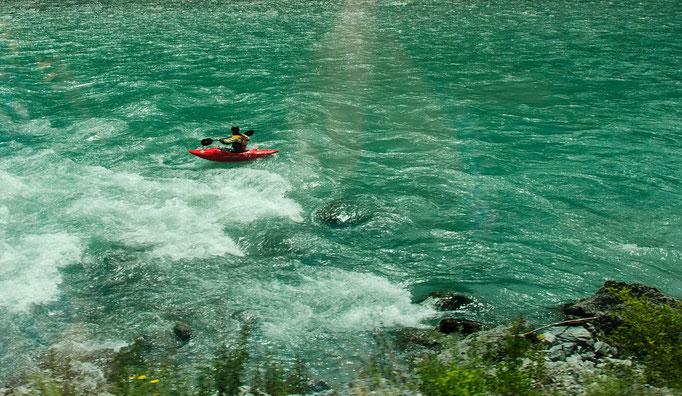 Kajakfahrer auf dem Wildwasser