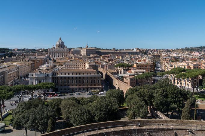 Im Hintergrund der Vatikan, rechts die Fluchtmauer aus dem Vatikan
