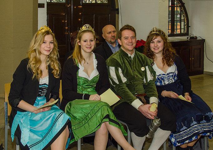 Madlen, Siedlerkönigin, Nicole I, Weinprinzessin Sickershausen, Alexander Nuß, Hofrat ,Birte I Gärtnerkönigin, im Hintergrund Stadtrat Hartmut Stiller