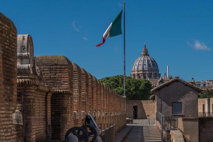 Im Hintergrund die Kuppel vom Petersdom