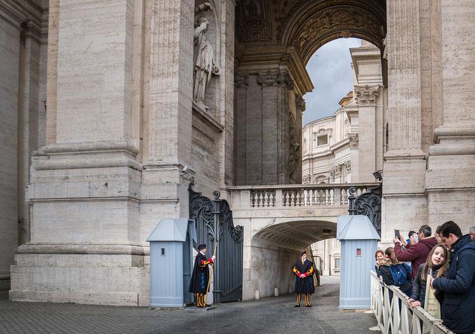 Schweizer Gardisten in historischen Gewändern bewachen die Eingänge zur Vatikanstadt