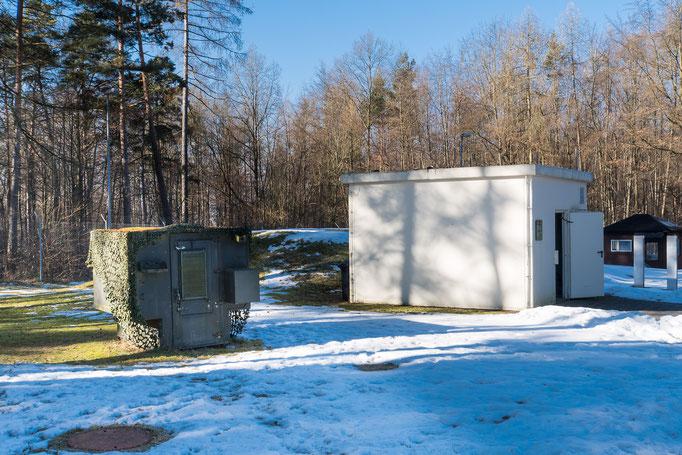 Transportables Stromaggregat (links), Munitionsbunker (rechs)