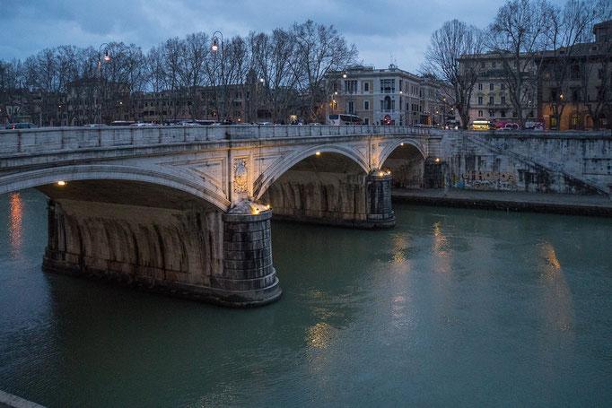 """Abenddämmerung über der """"Brücke König Umberto I."""""""