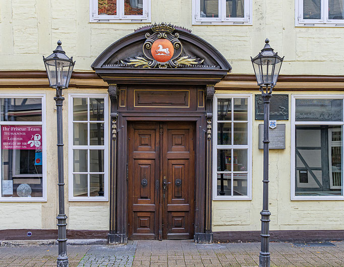 Pompöses Eingangsportal zum Friseursalon