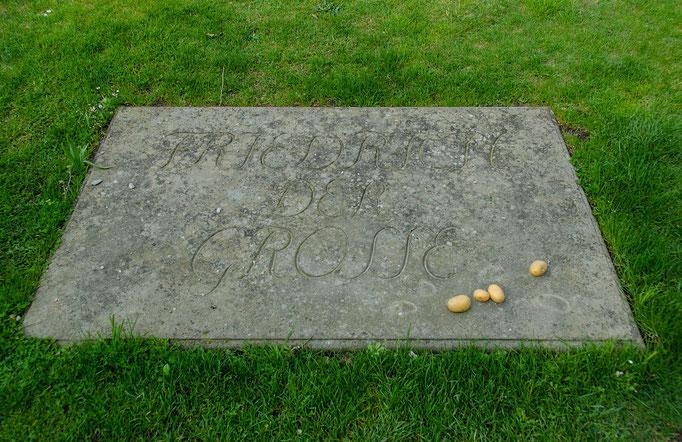 Grabplatte, in Schloß Sanssouci, In Gedenken an den Monarchen legen Besucher Kartoffeln auf die Grabstelle. Der König hat den Kartoffelanbau in Preußen entscheident forciert.