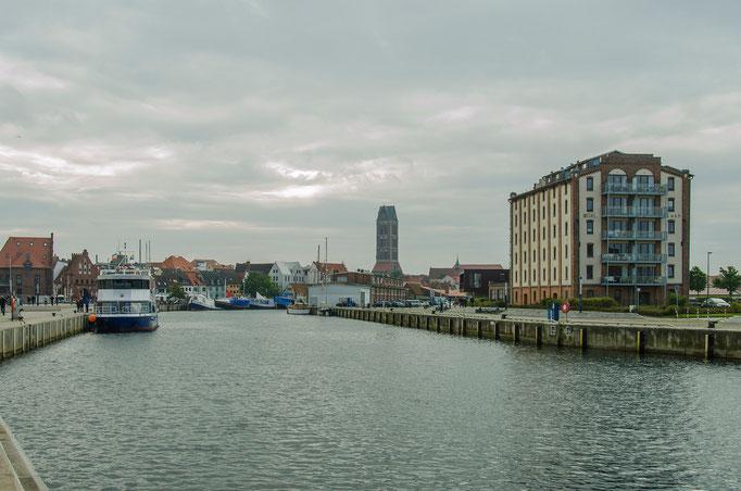 Blick vom Hafen zur Stadt