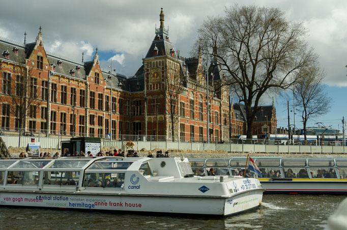 Grachtenrundfahrt in Amsterdam, im Hintergrund der Zentralbahnhof