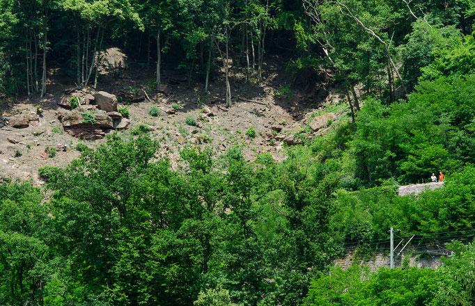 Gefährliche Felsbrocken am Abhang