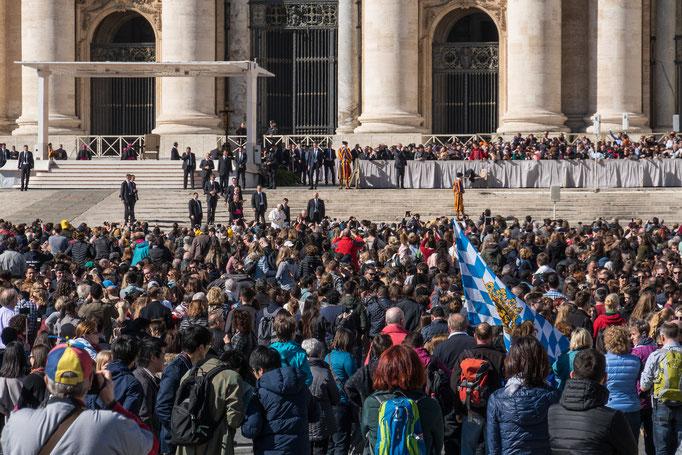Langsam füllt sich der Platz vor Sankt Peter im Vatikan