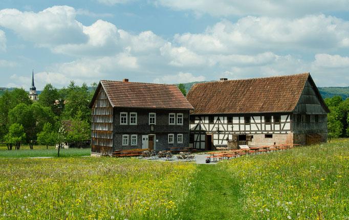 links das Brotzeitstübchen und rechts die Hofstelle aus Oberbernhards, Landkreis Fulda