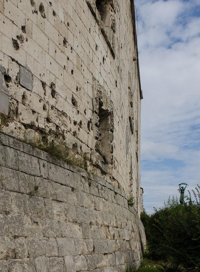 Einschußlöcher in den Außenwänden der Zidatelle