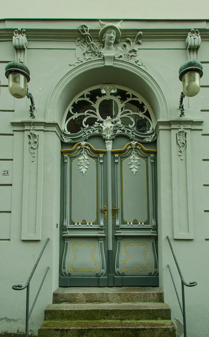 Sehr schön erhaltenes Portal