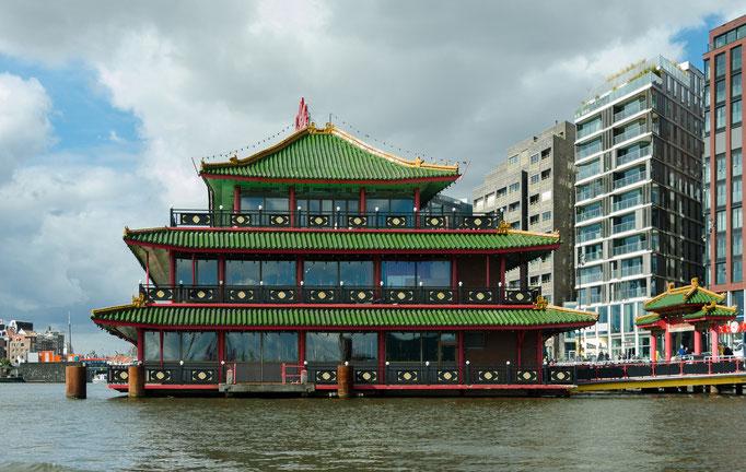 Grachtenrundfahrt in Amsterdam, schwimmendes chinesisches Restaurant