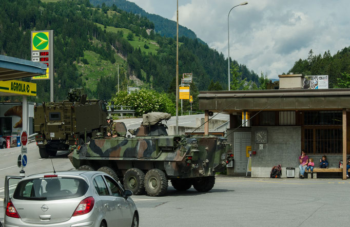 Fahrzeuge des Schweizer Bundesheeres verlassen den Bahnhof Tiefencastel