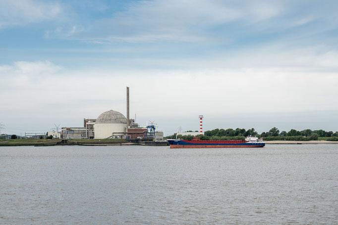 Kernkraftwerk Stade auf der Backbordseite