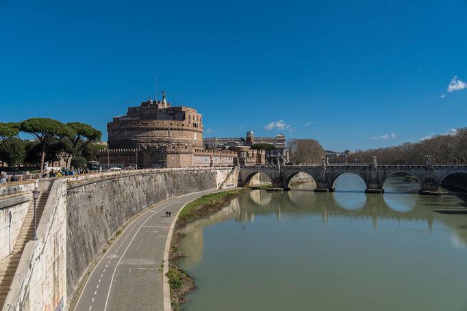 Castel Sant' Angelo von Osten betrachtet, rechts die Engelsbrücke