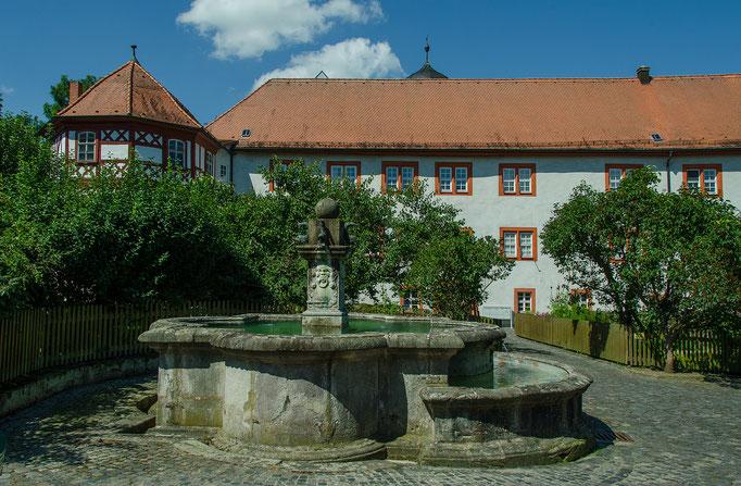 Brunnen vor dem Schloß Tann